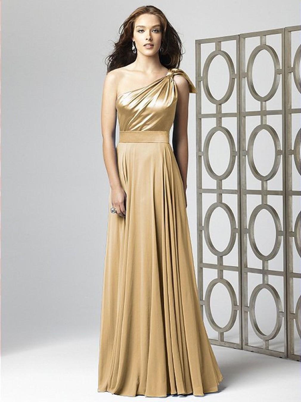 Asymetrické šaty na jedno rameno sú hitom jesene.  661efaeed7d