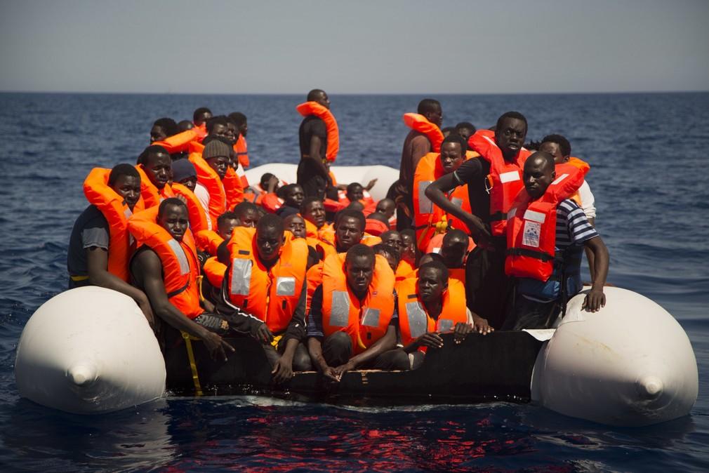 Migranti, utečenci, loď, more.jpg