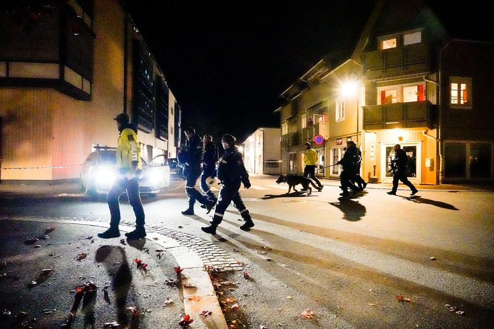 Útočník ozbrojený lukom a šípmi v nórskom meste zabil niekoľko ľudí