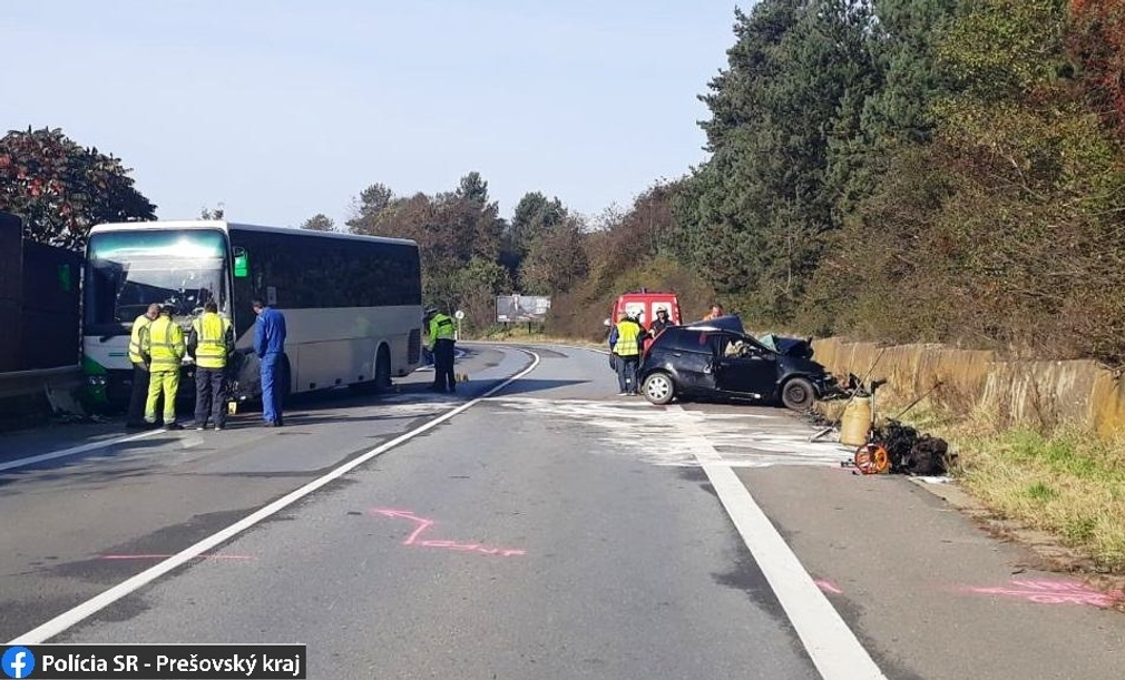 Mladý vodič prešiel do protismeru rovno pod kolesá autobusu. Nehodu neprežil