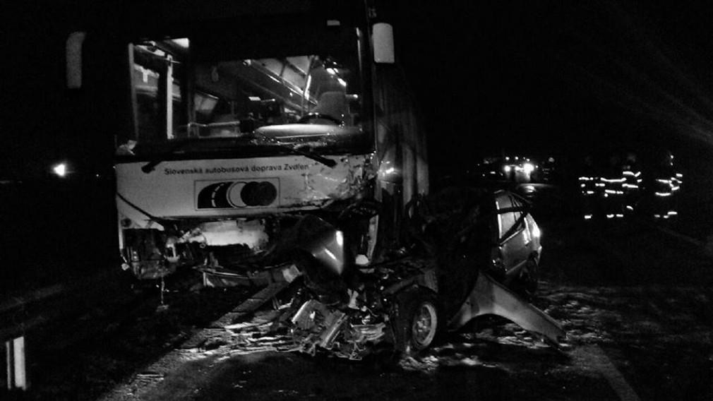 Čelná zrážka s autobusom sa skončila tragicky. Z osobného auta zostali len stlačené plechy
