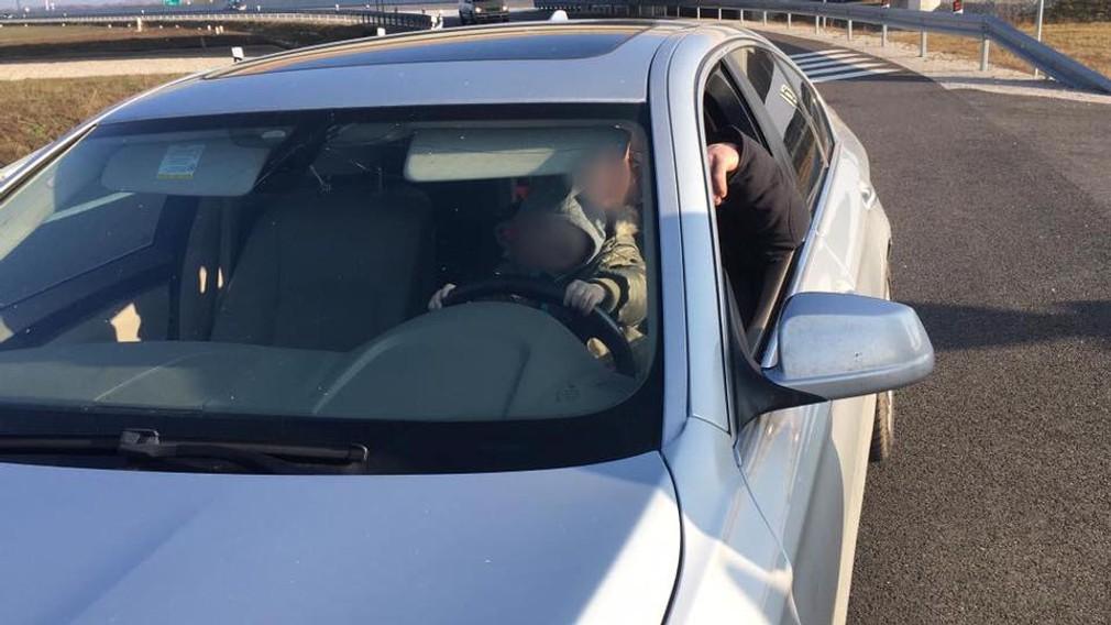 V rýchlosti takmer 150 km/h šoféroval s dieťaťom na kolenách