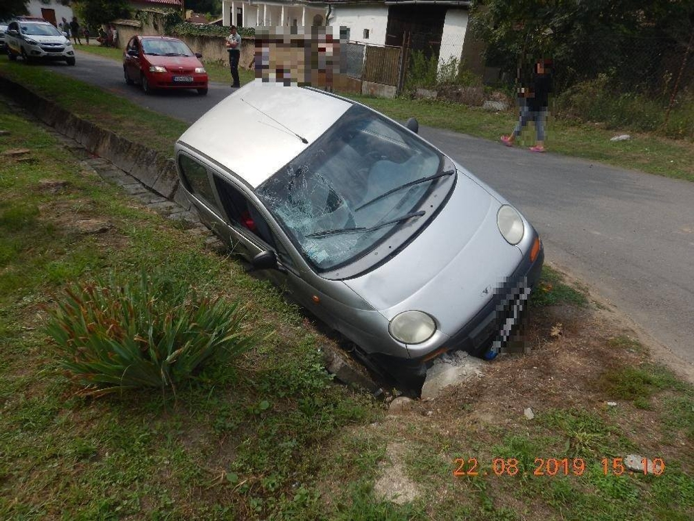 Muž (32) po zrážke preletel cez auto a dopadalo na kanál. Žena za volantom vodičák nemala