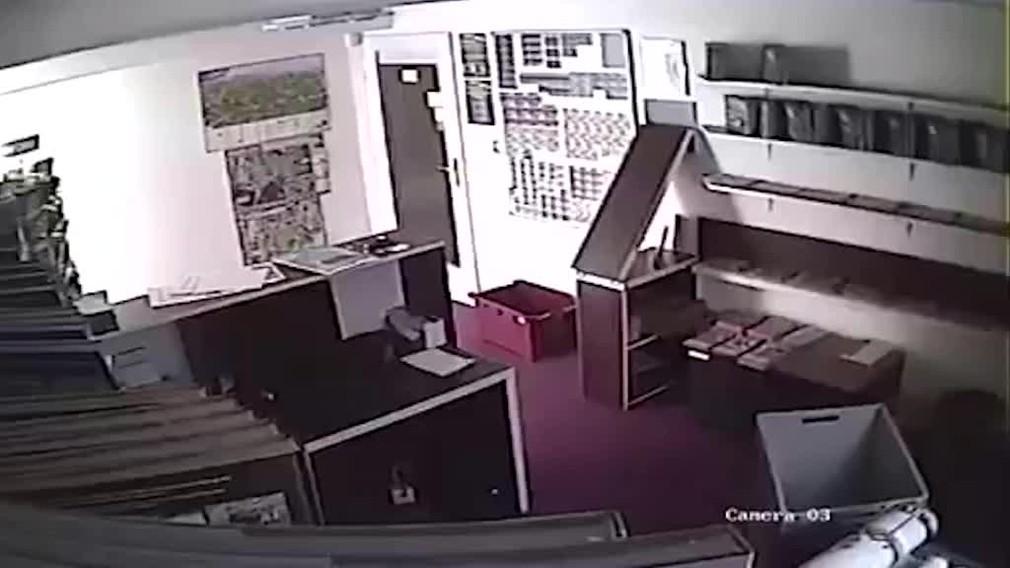 [multi] V múzeu pri Banskej Bystrici v noci padajú knihy z police. Zachytila to aj kamera 2994
