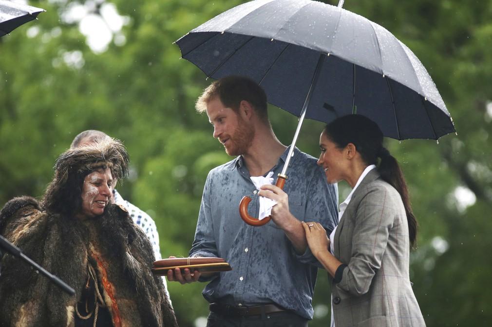 Meghan a Harry v daždi