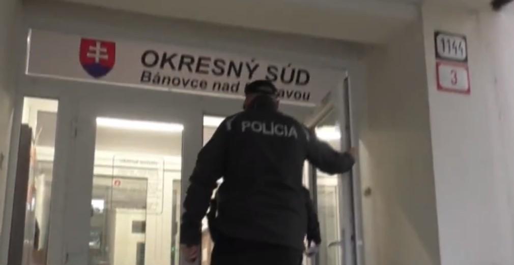 Policajti dostali za mreže dílera kurióznym spôsobom. Mladíka prezradila panika