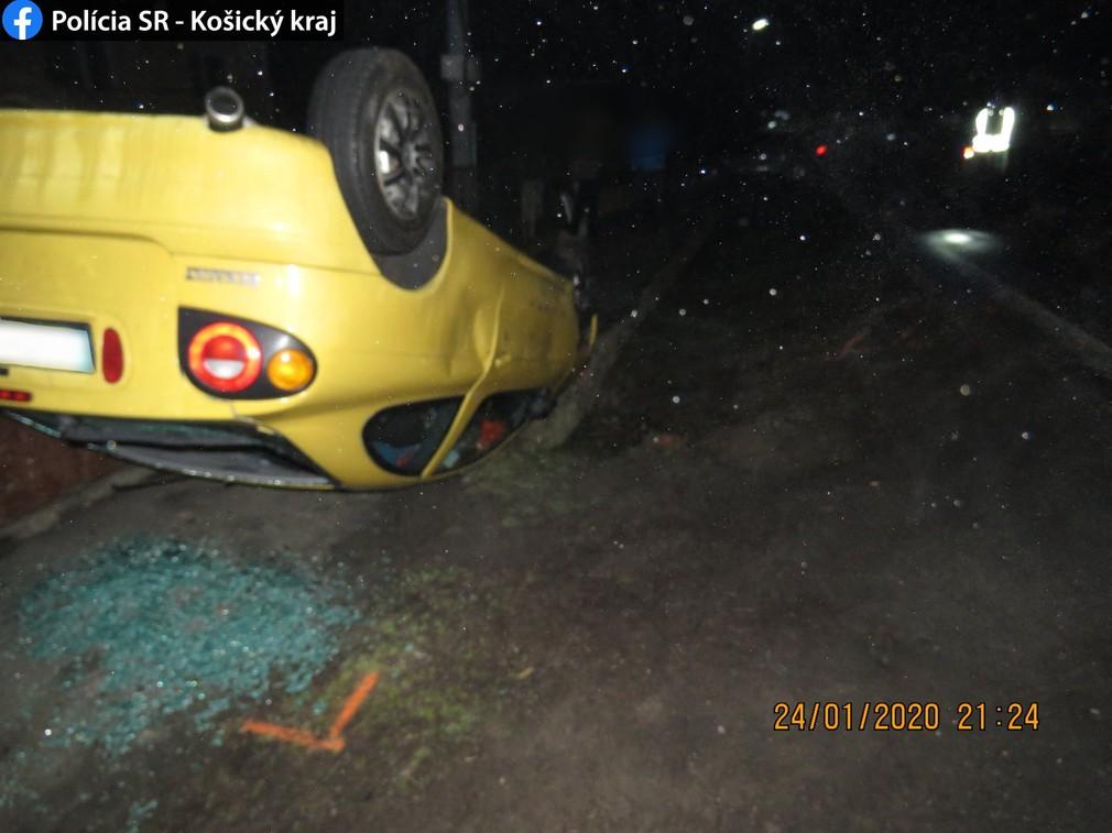 Pri nehode auto skončilo na streche v priekope. K zrážke ale nedošlo