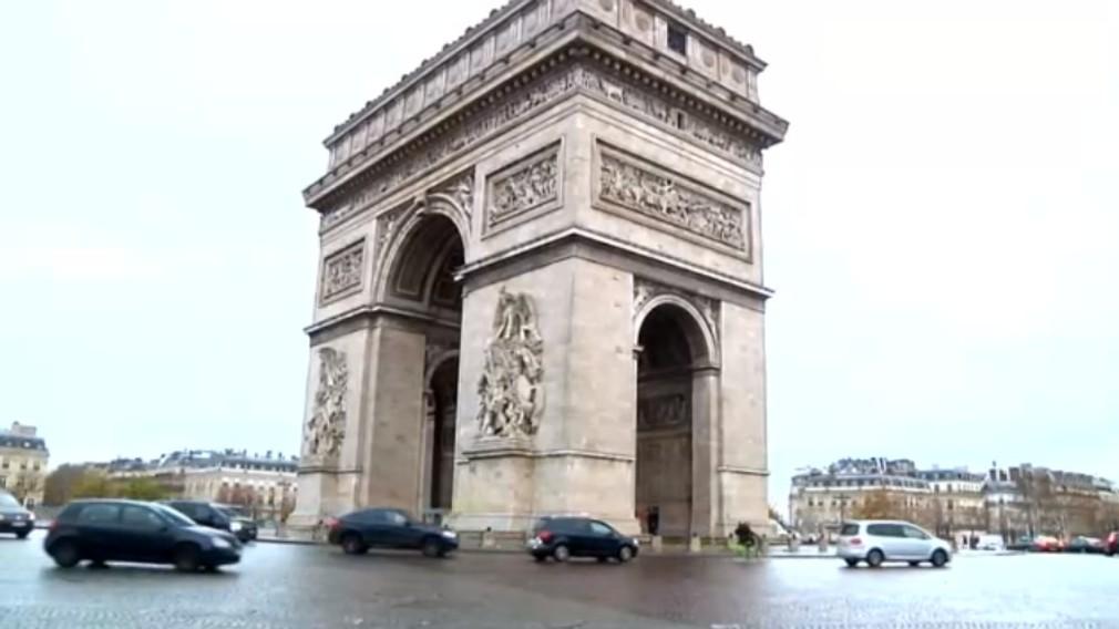 VIDEO: Francúzsko zvažuje výnimočný stav. Demonštranti poškodili aj Víťazný oblúk