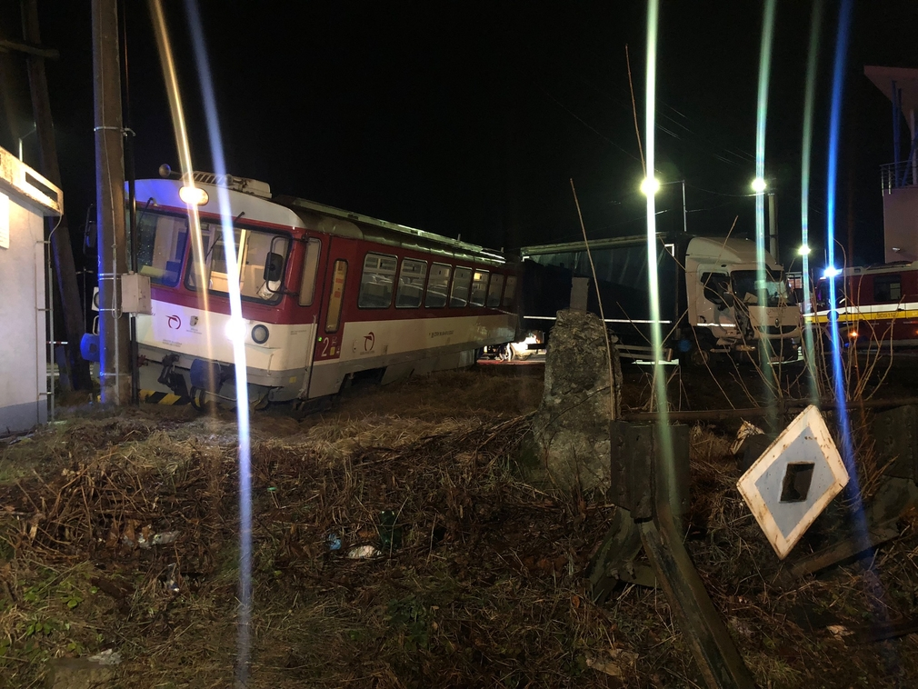 Nehoda na koľajniciach. Vlak sa po náraze vykoľajil