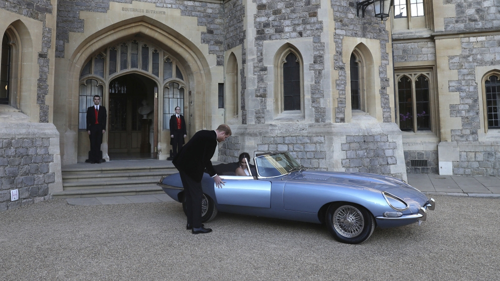 Harry a Meghan nastupujú do auta
