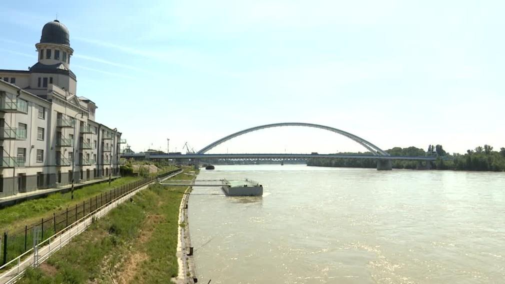 Záchranná akcia na Dunaji. Čln narazil do piliera mosta Apollo