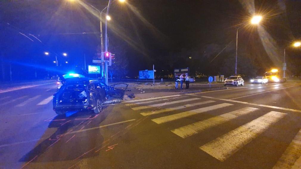 Tragická nočná autonehoda: Štyri osoby sú v kritickom stave, jedno z áut dokonca zachytilo chodca na priechode