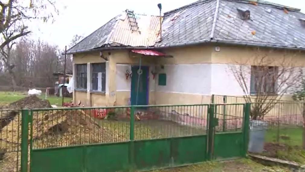 Matka žila s dcérou (2) bez elektriny, vody a záchoda.