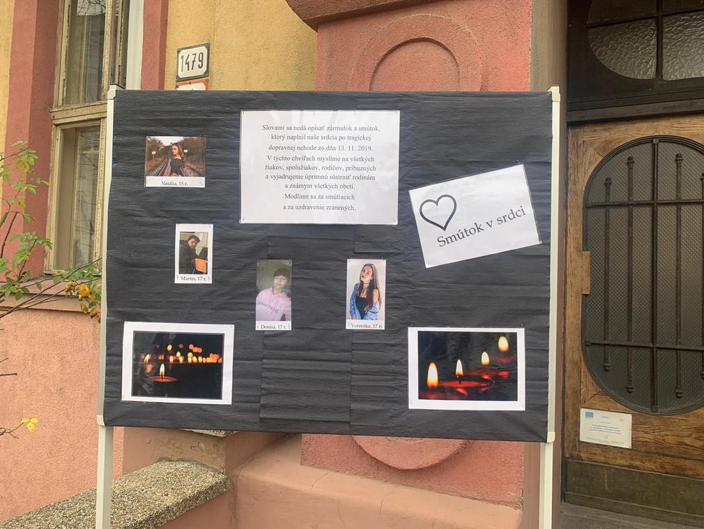 Pietna tabuľa pred školou, kam chodili štyria z 12 obetí tragickej nehody