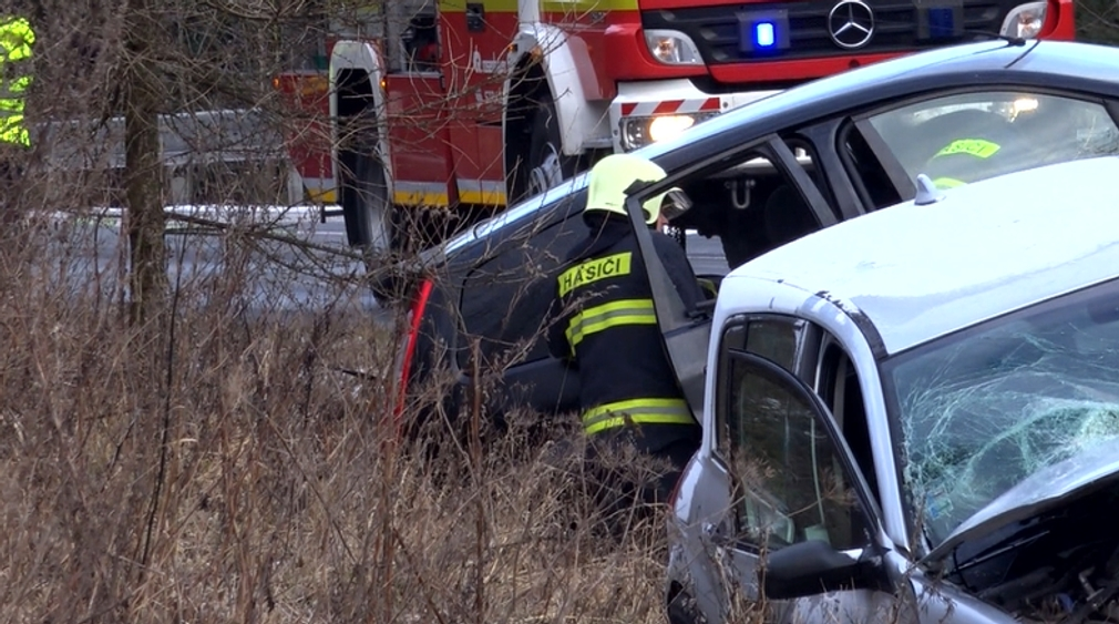Nehoda dvoch áut si vyžiadala letecký transport. V jednom z áut ostal zakliesnený vodič