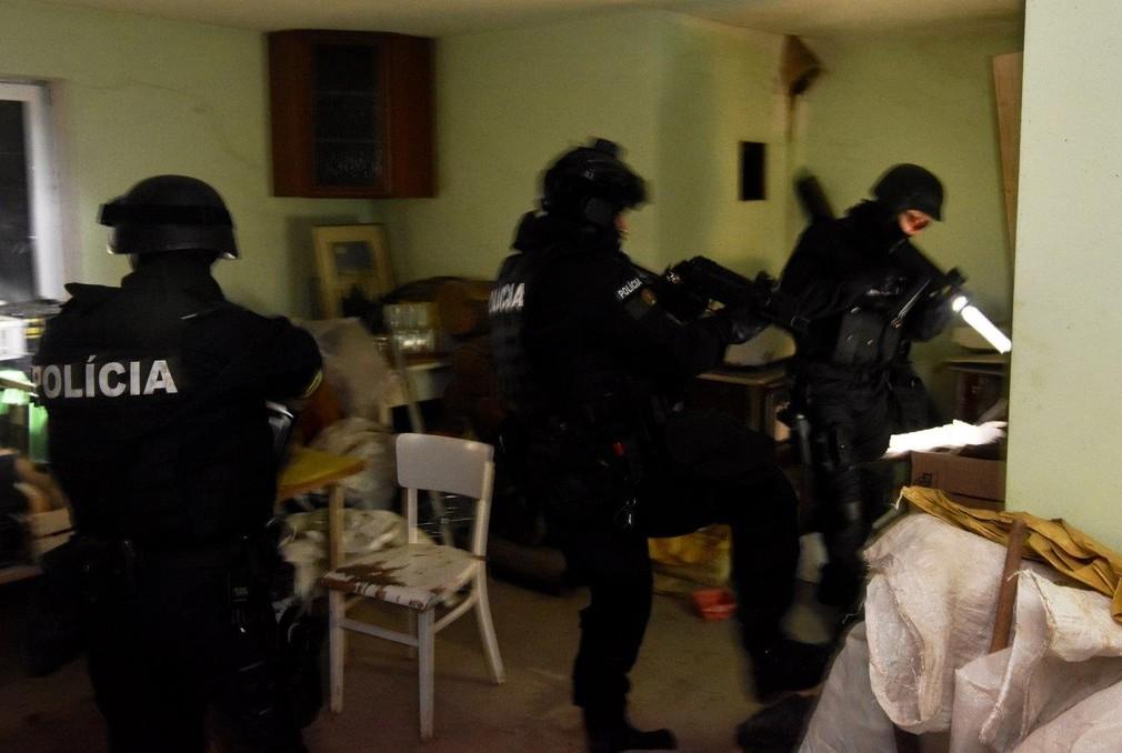 Falošné doklady a zamestnávanie načierno. Polícia pri razii na západnom Slovensku zadržala Srba a troch Ukrajincov