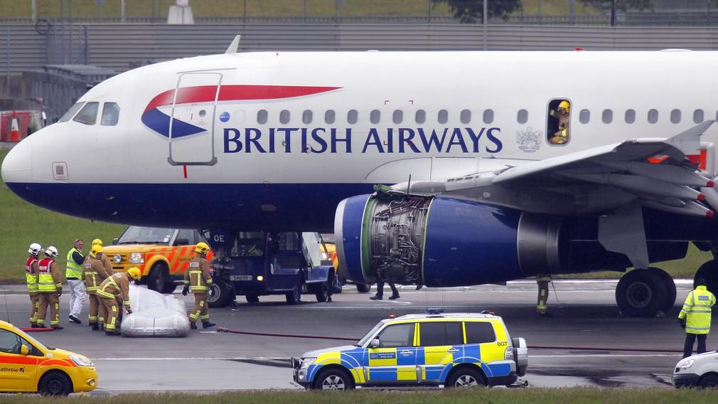Britské lietadlo letisko Londýn Heathrow british Airways hasiči