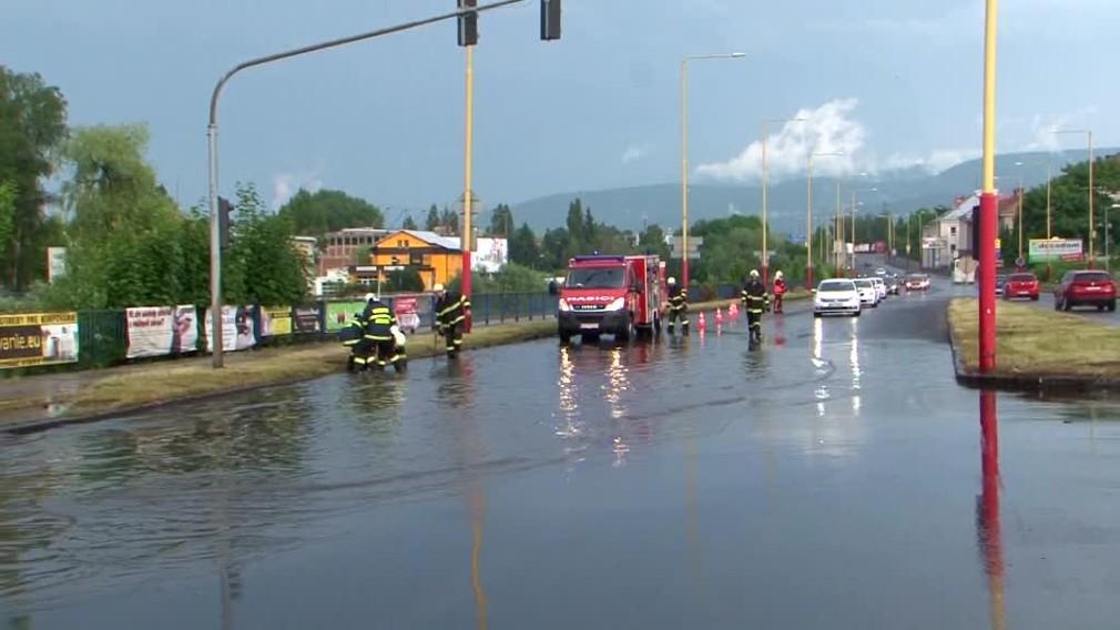 FOTO: Silný dážď sa prehnal Liptovom. Hasiči odčerpávali vodu z frekventovanej cesty