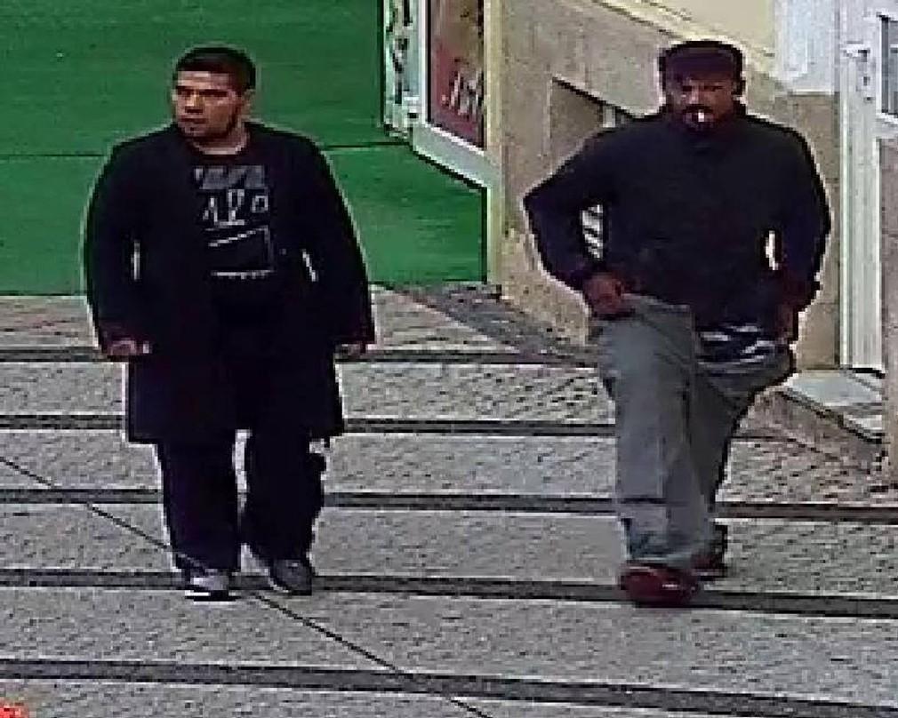 neznámi muži zachytení bezpečnostnou kamerou