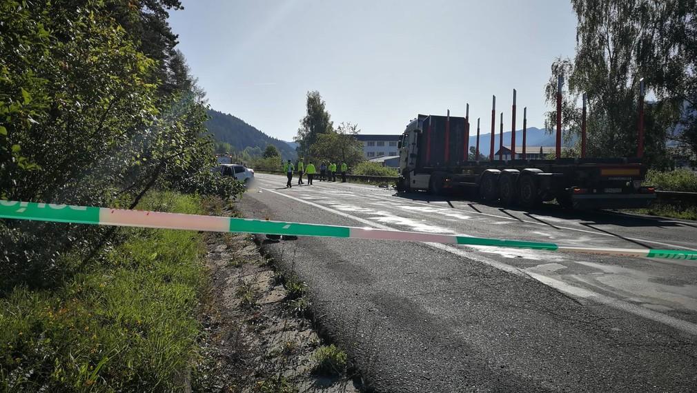 Tragická zrážka kamióna s osobným autom. Cestu pri Hybe uzavreli