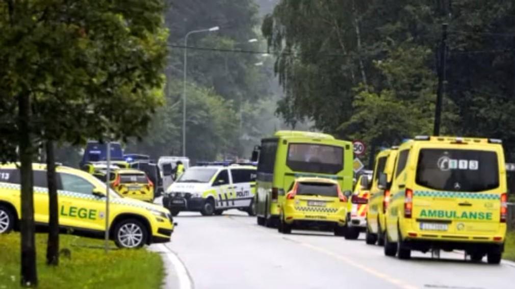 Streľba v nórskej mešite: Muž vošiel do vnútra v uniforme a s prilbou na hlave