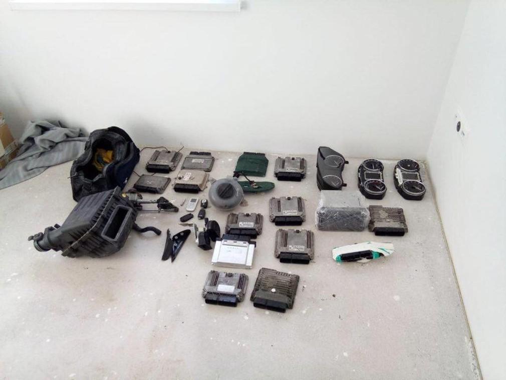 Súčiastky z áut, ktoré ukradla skupina 4 mužov