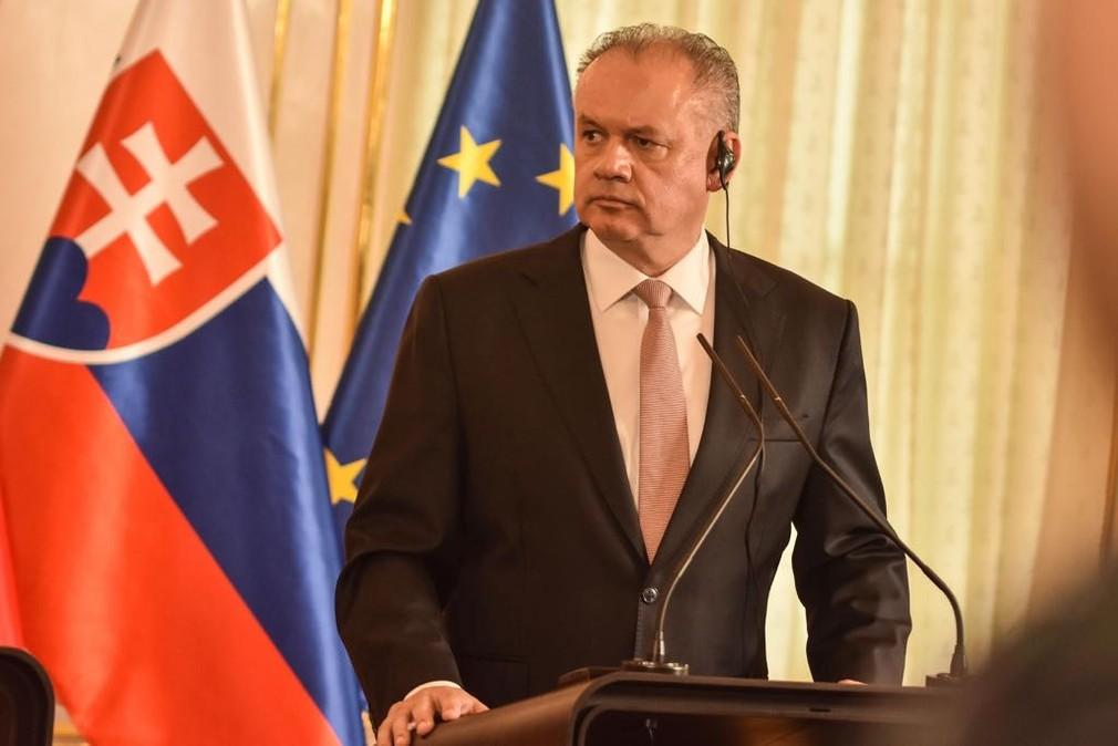 Emmanuel Macron pricestoval na Slovensko. Okrem prezidentskej návštevy ho čaká aj diskusia s verejnosťou