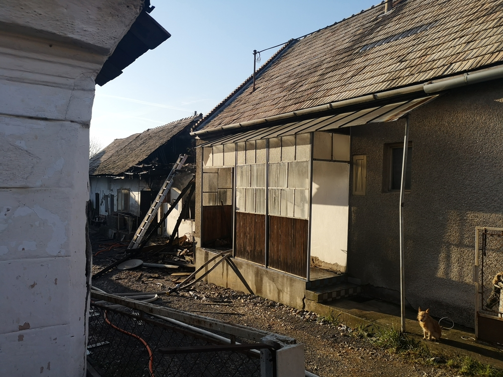 Pri požiari rodinného domu bojoval o život muž. Plamene sa rozšírili do viacerých miestností