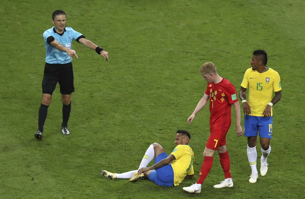 Neymar na trávniku v zápase proti Belgicku