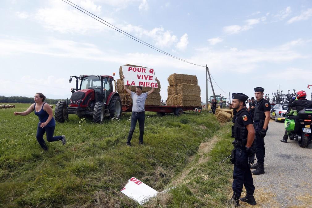 protest farmarov počas 16. etapy TdF 2018.jpg