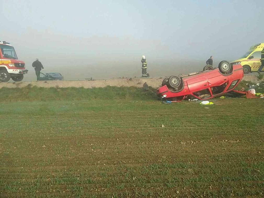 Pri nehode dvoch áut, neďaleko Hniezdneho, zasahujú záchranné zložky. Na pomoc priletel aj vrtuľník