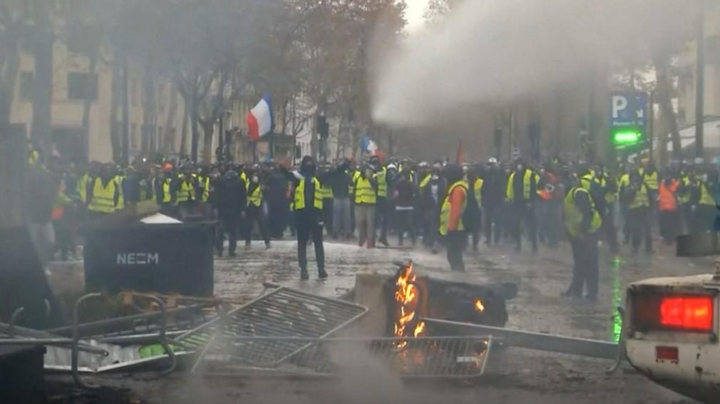 VIDEO: Výtržnosti v uliciach Paríža pre ceny nafty a benzínu. Protestujúci podpálili aj autá