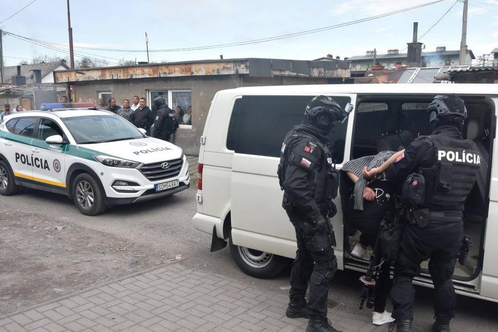 Autentické zábery z policajného zásahu v prípade obchodovania s mladými dievčatami