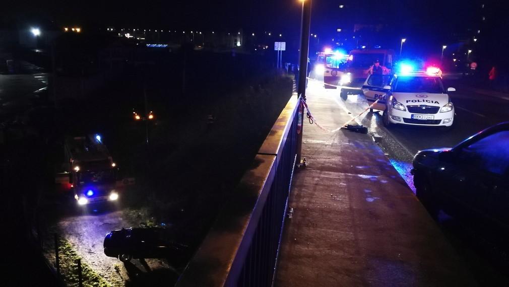 Muž (35) nedal na križovatke prednosť autu, po náraze vyletel z mosta