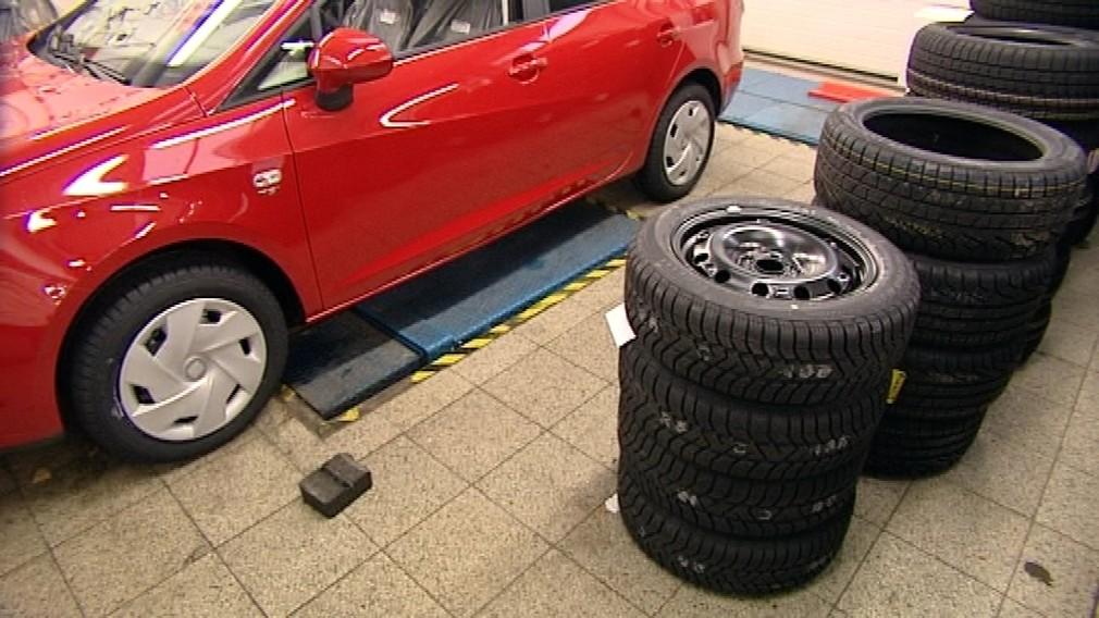 Prezúvanie pneumatika kolesá na sebe auto červené