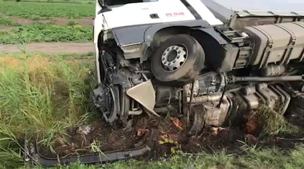[multi] Na diaľnici D2 sa prevrátil kamión. Doprava je obmedzená 1196