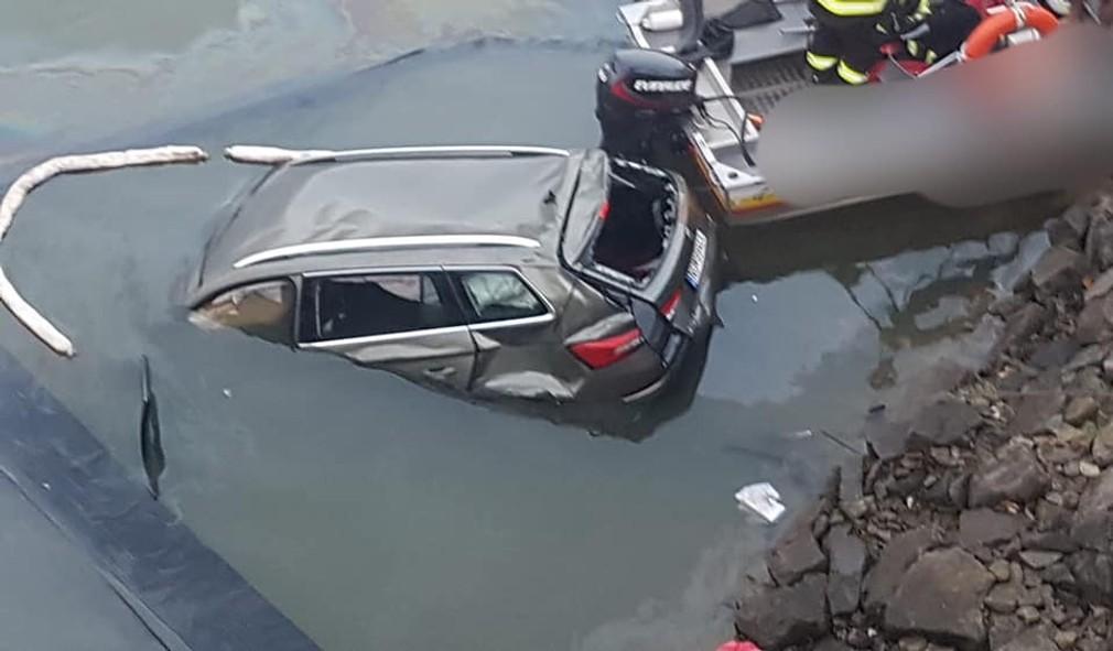 Tragická nehoda na Orave: Auto sa zrútilo z mosta rovno do priehrady