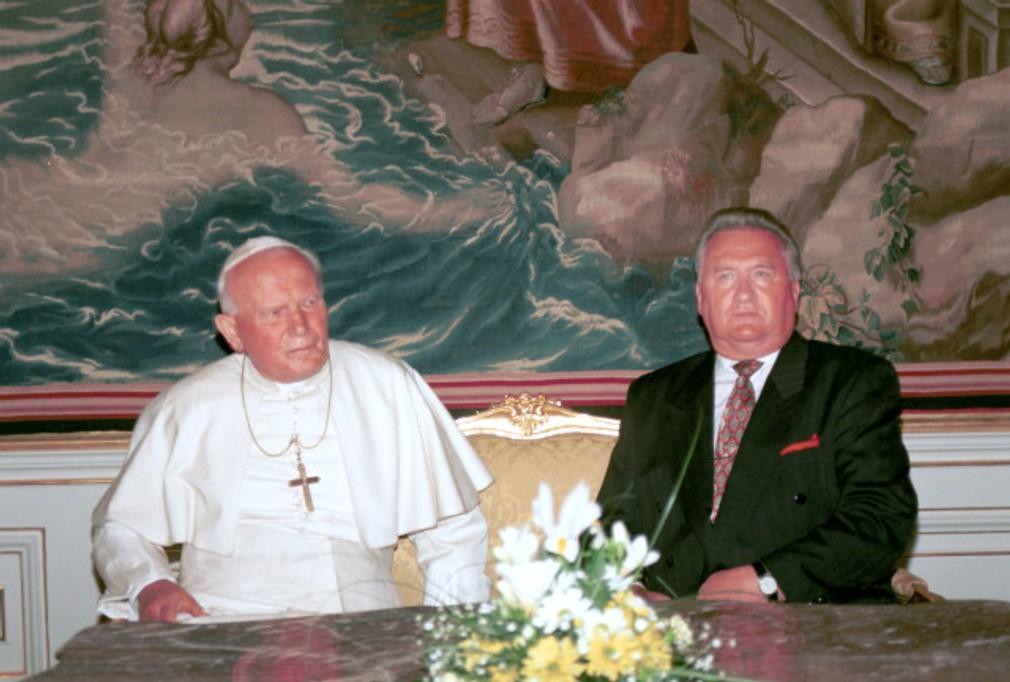 Michal Kováč s pápežom.jpg