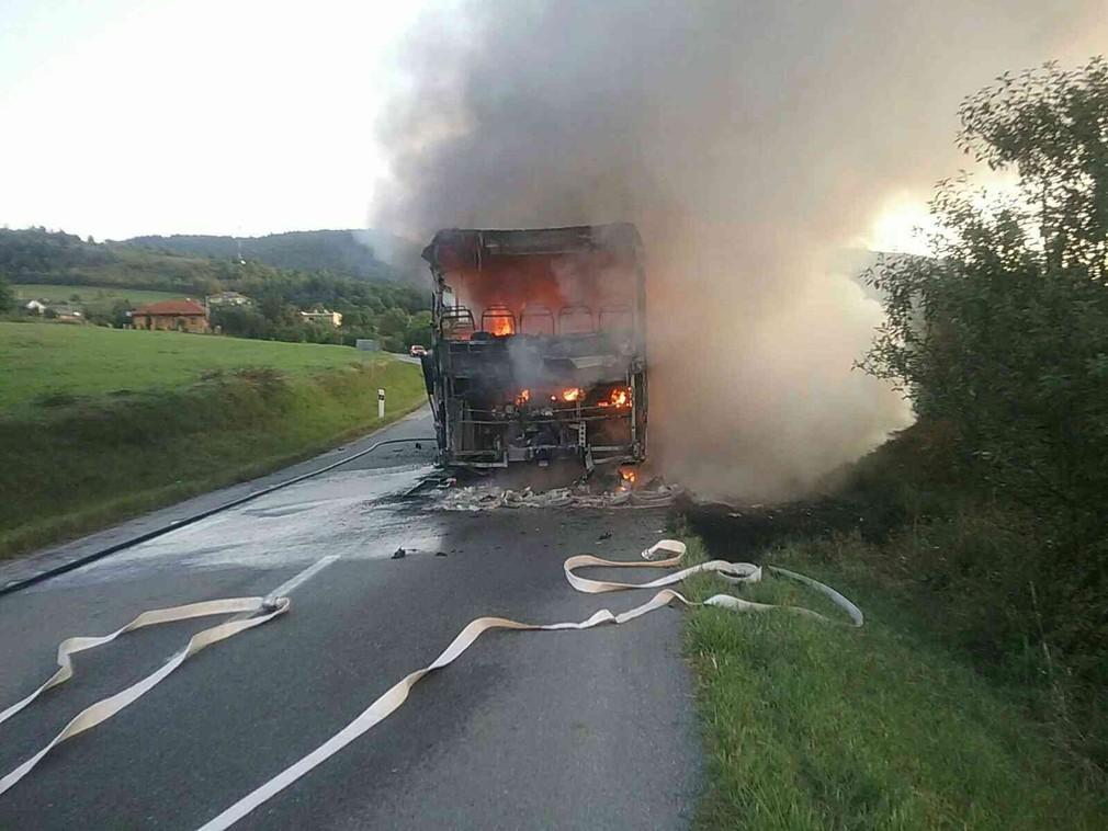Autobus pri Sabinove zachvátil požiar, sedeli v ňom aj cestujúci