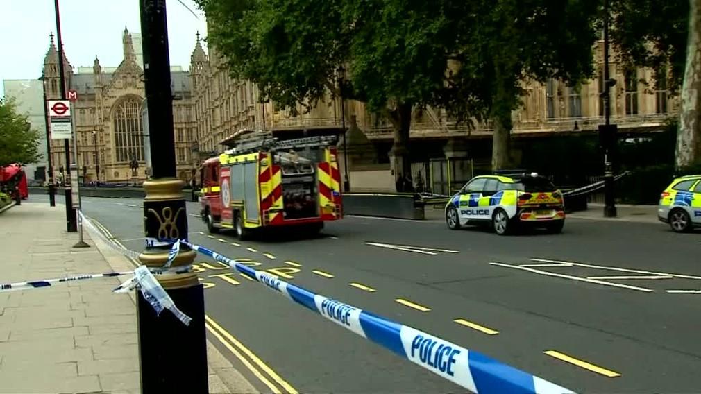 Muž vrazil autom do bariér UK6363