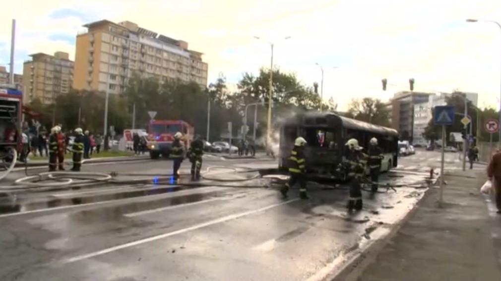 V Košiciach zhorel linkový autobus. Cestu museli uzavrieť
