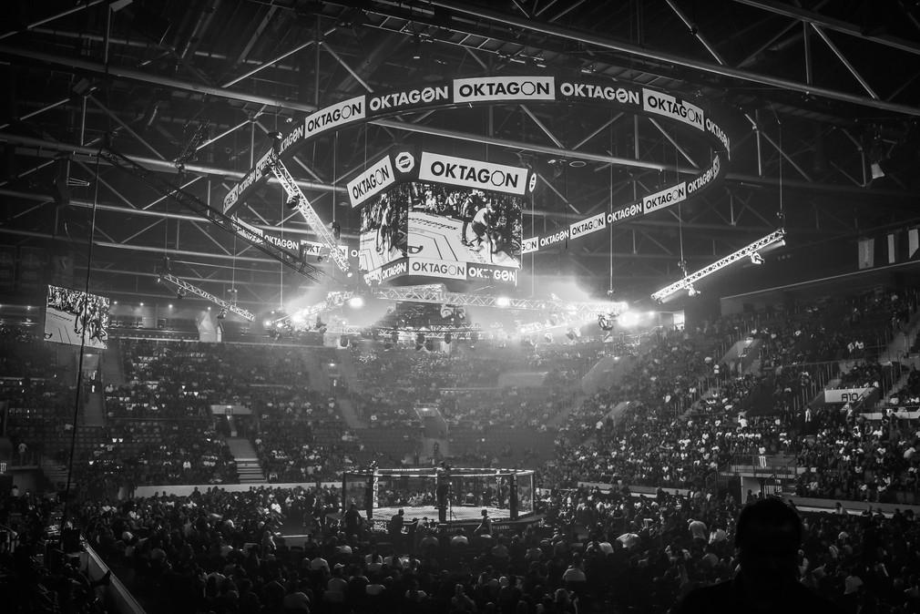 Umelecká fotografia z turnaja organizácie Oktagon MMA na ZImnom štadióne Ondreja Nepelu