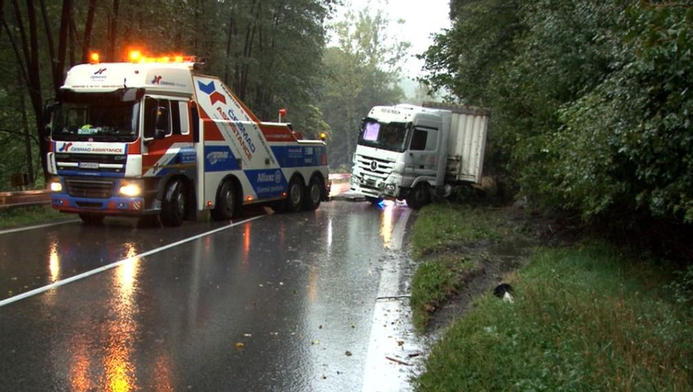 Zrážka kamiónu s osobným autom mala takmer fatálne následky. Náves skrížilo cez oba pruhy