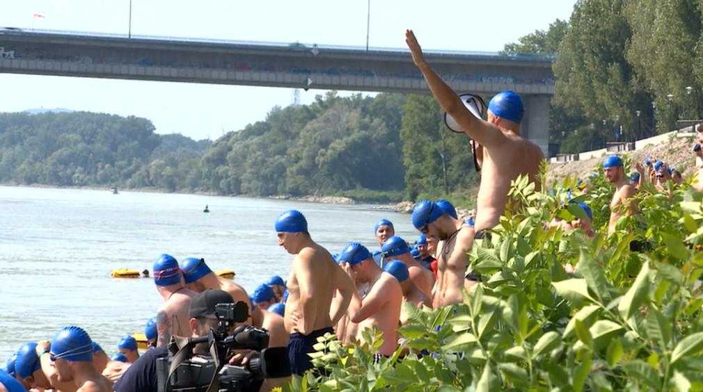FOTO: Vyše tisíc ľudí preplávalo Dunaj. Medzi nimi aj primátor Vallo