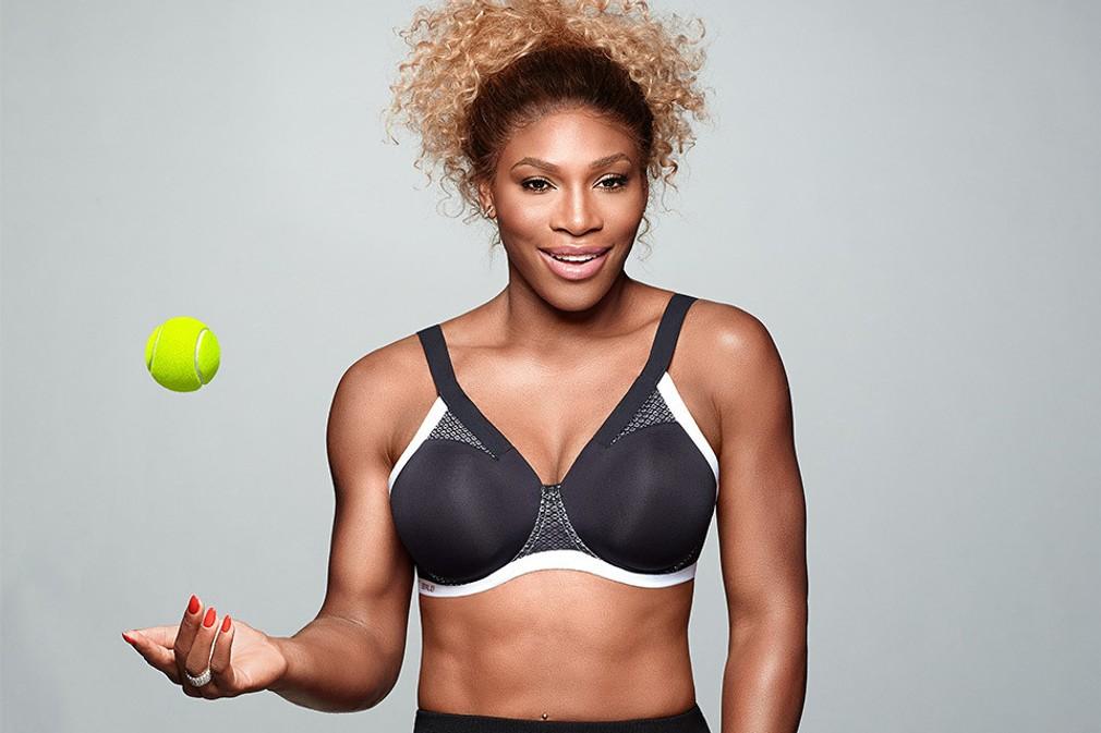Serena Williams v podprsenke a s loptičkou
