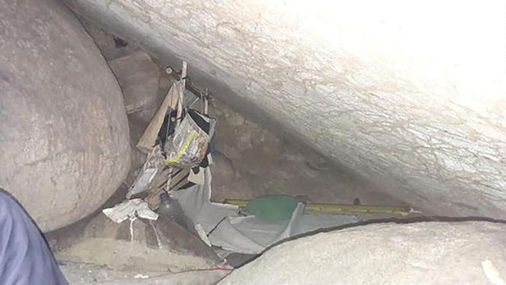 Dievča uväznené v jaskyni