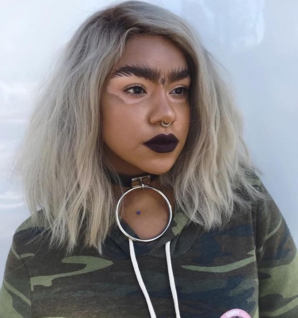 """<p>Mejkap umelkyňa a modelka Lauren trpí stratou pigmentu. Zo svojej chybičky krásy však urobila prednosť a škvrnky na tvári si zvýrazňuje mejkapom, aby vyzerali jasnejšie a <span id=""""result_box"""" class="""""""" lang=""""sk""""><span class="""""""">nezabudnuteľnejšie.</span"""