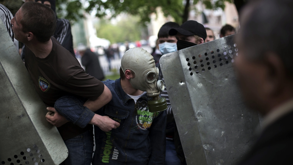 Demonštranti útočia na policajtov