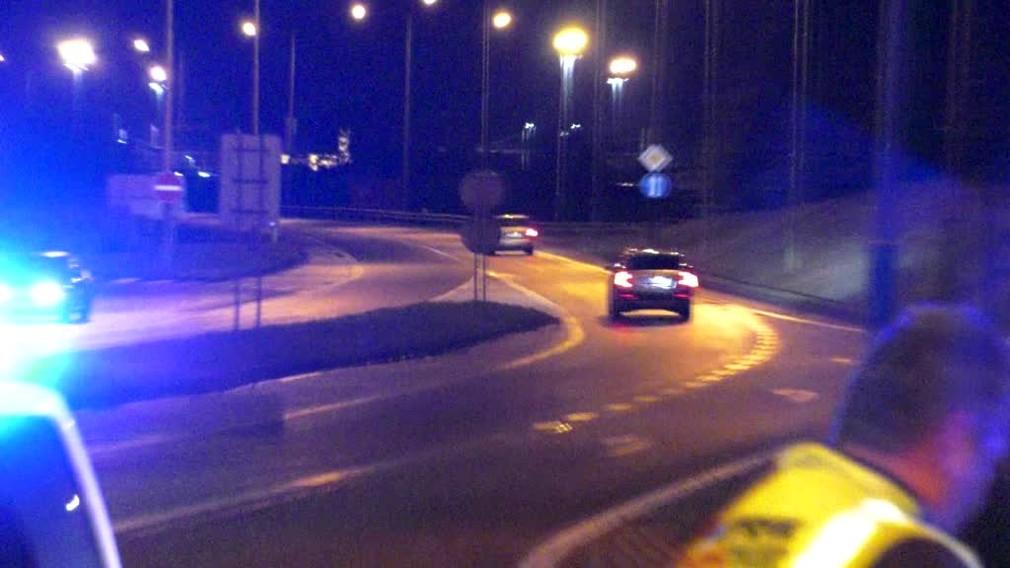 [multi] Vo Zvolene sa v noci naháňali policajti s autom. Po náraze do lampy ušiel 253