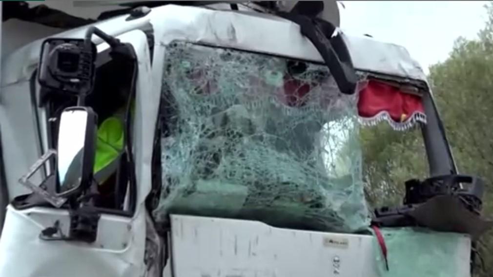 Tragická nehoda pri Oškerde. Nákladiak zozadu narazil do kamióna
